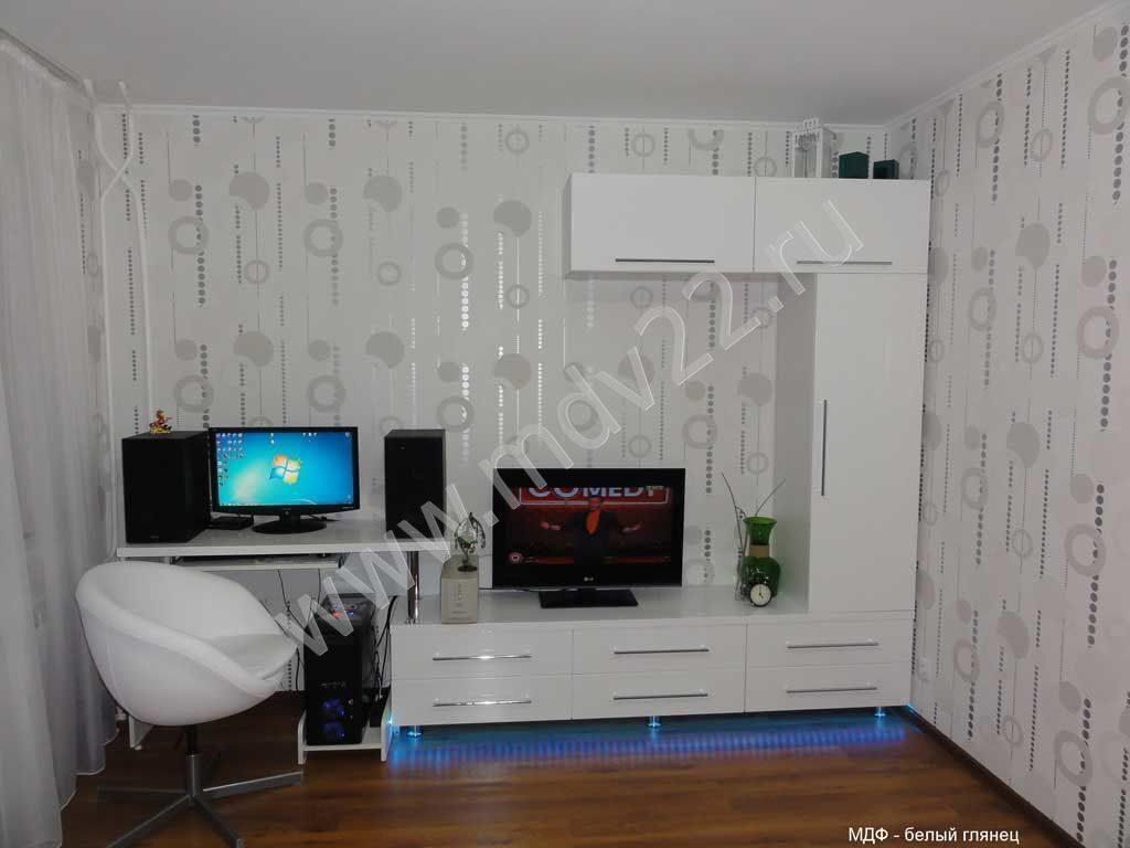 Белая глянцевая мебель с компьютерным столом в гостиную стен.