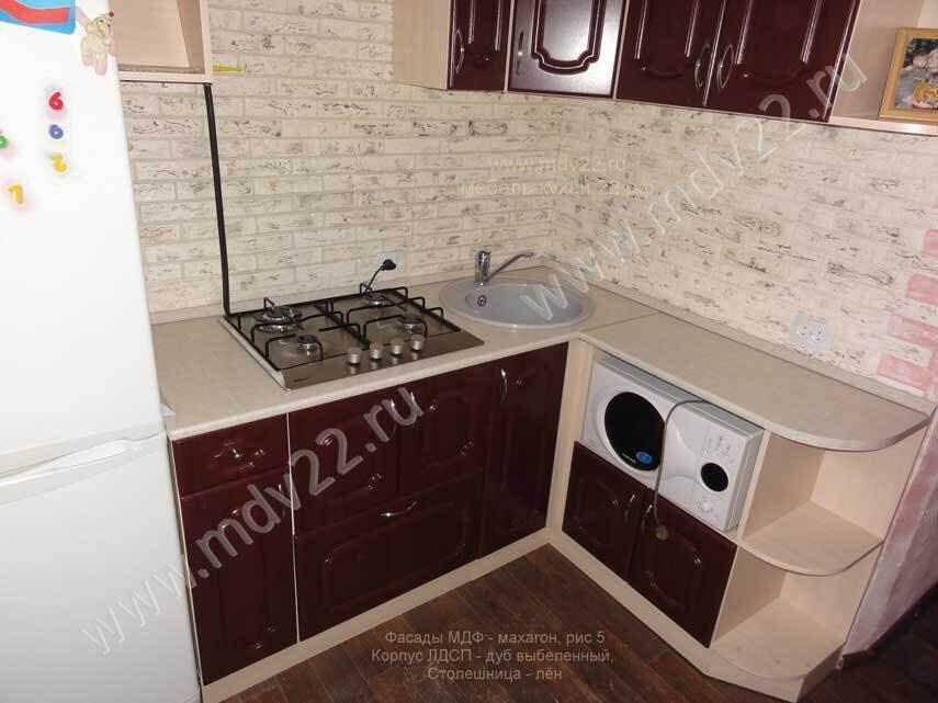 Угловая кухня в хрущевке со встроенной варочной газовой панелью