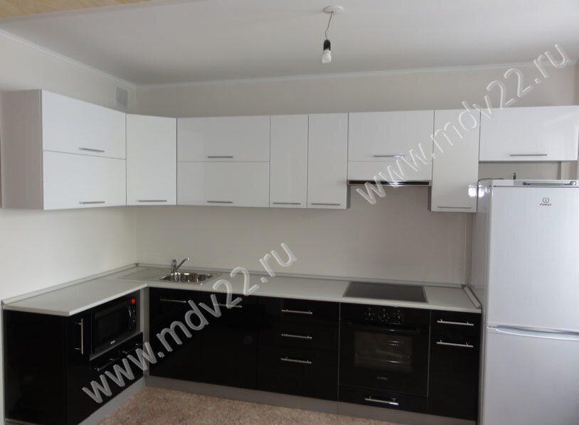 фото угловые кухни черно белые