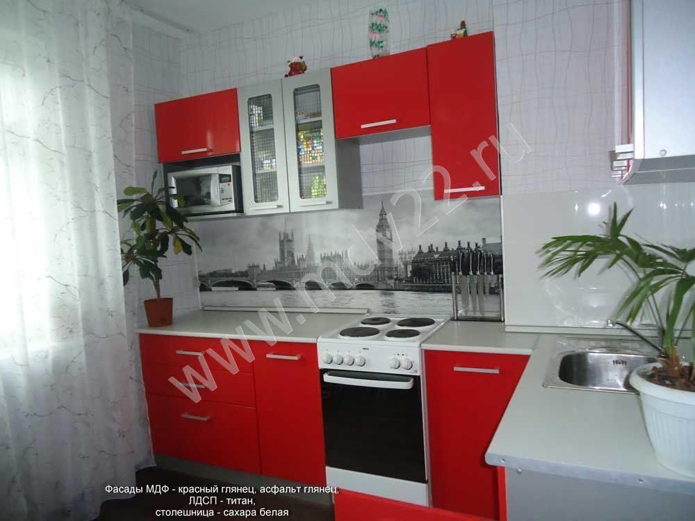 красные угловые кухни с красивым фартуком фото