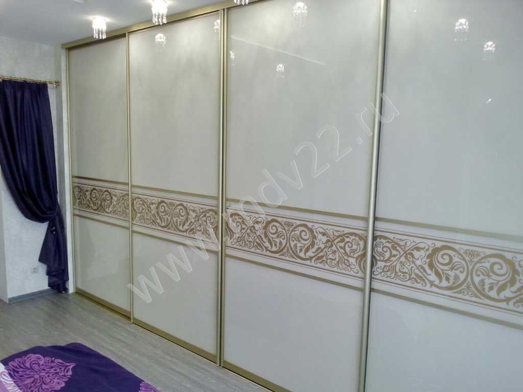 Наполнение дверей - стекло лакобель и вставка с пескоструйны.