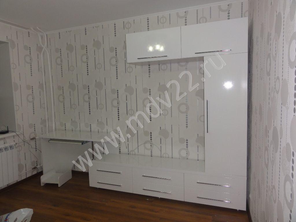 белая глянцевая мебель для гостиной с компьютерным столом стенки