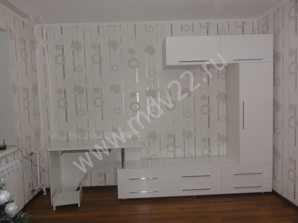 белая глянцевая мебель с компьютерным столом отличное решение для